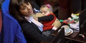 Une députée argentine allaite son bébé en plein parlement, le web s'enflamme