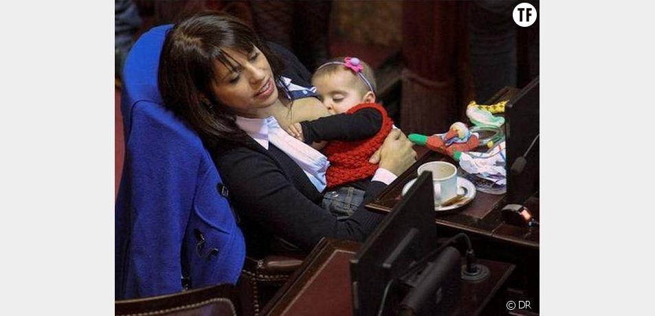 Victoria Donda Perez allaitant sa fille dans l'hémicycle argentin.