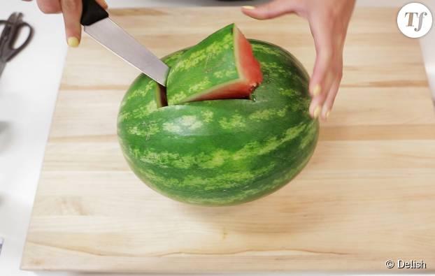 Retirez d'abord le dessus de la pastèque à l'aide d'un couteau.