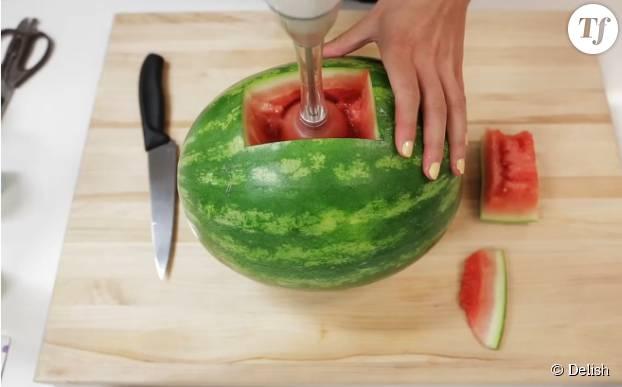 Ensuite, mixez le fruit à l'aide du blender