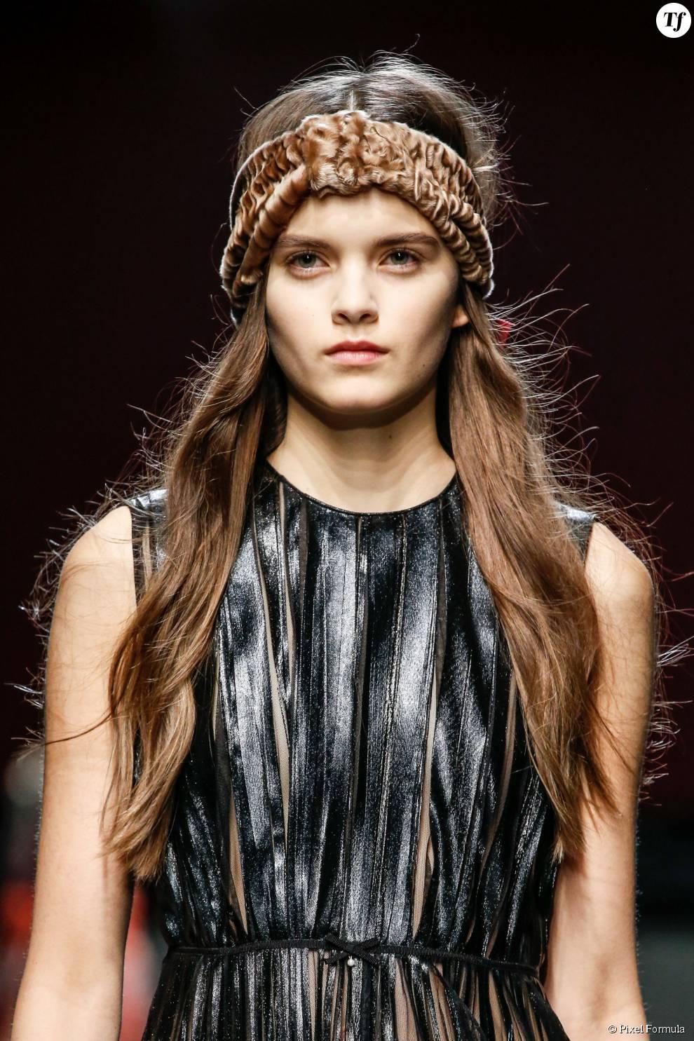 Bandeau en velours dans les cheveux au défilé Gucci automne-hiver 2015-2016.