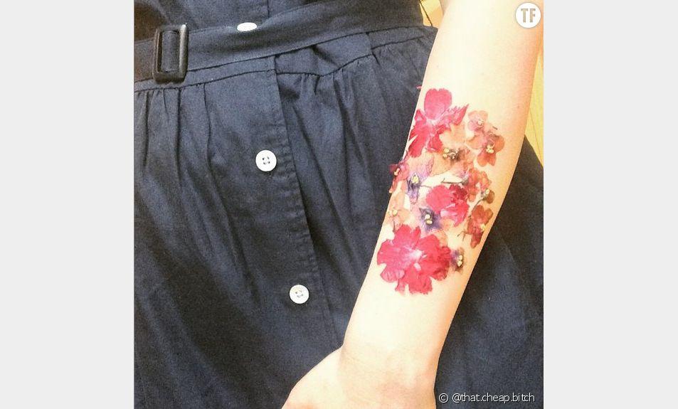 Le tatouage éphémère en fleurs séchées de la blogueuse That Cheap Bitch.