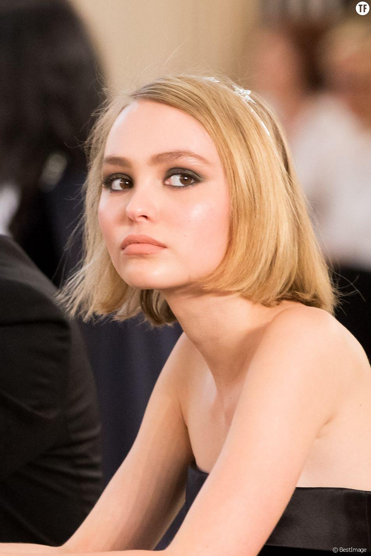 """Lily -Rose Depp lors du défilé de mode """"Chanel"""", collection Haute-Couture automne-hiver 2015/2016 au Grand Palais à Paris, le 7 juillet 2015."""