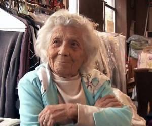 Cette mamie centenaire travaille 6 jours par semaine dans une blanchisserie