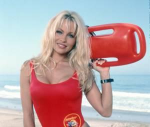 """Pamela Anderson et son célèbre maillot de bain rouge dans la série """"Alerte à Malibu"""""""
