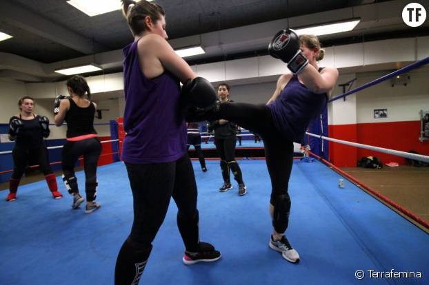Durant les entraînements de boxe thaï, les combats se font avec un attaquant et un défenseur