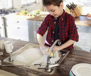 Comment les enfants peuvent-ils aider à la maison : le guide âge par âge