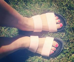 Comment la claquette de piscine est devenue la it-chaussure de l'été 2016