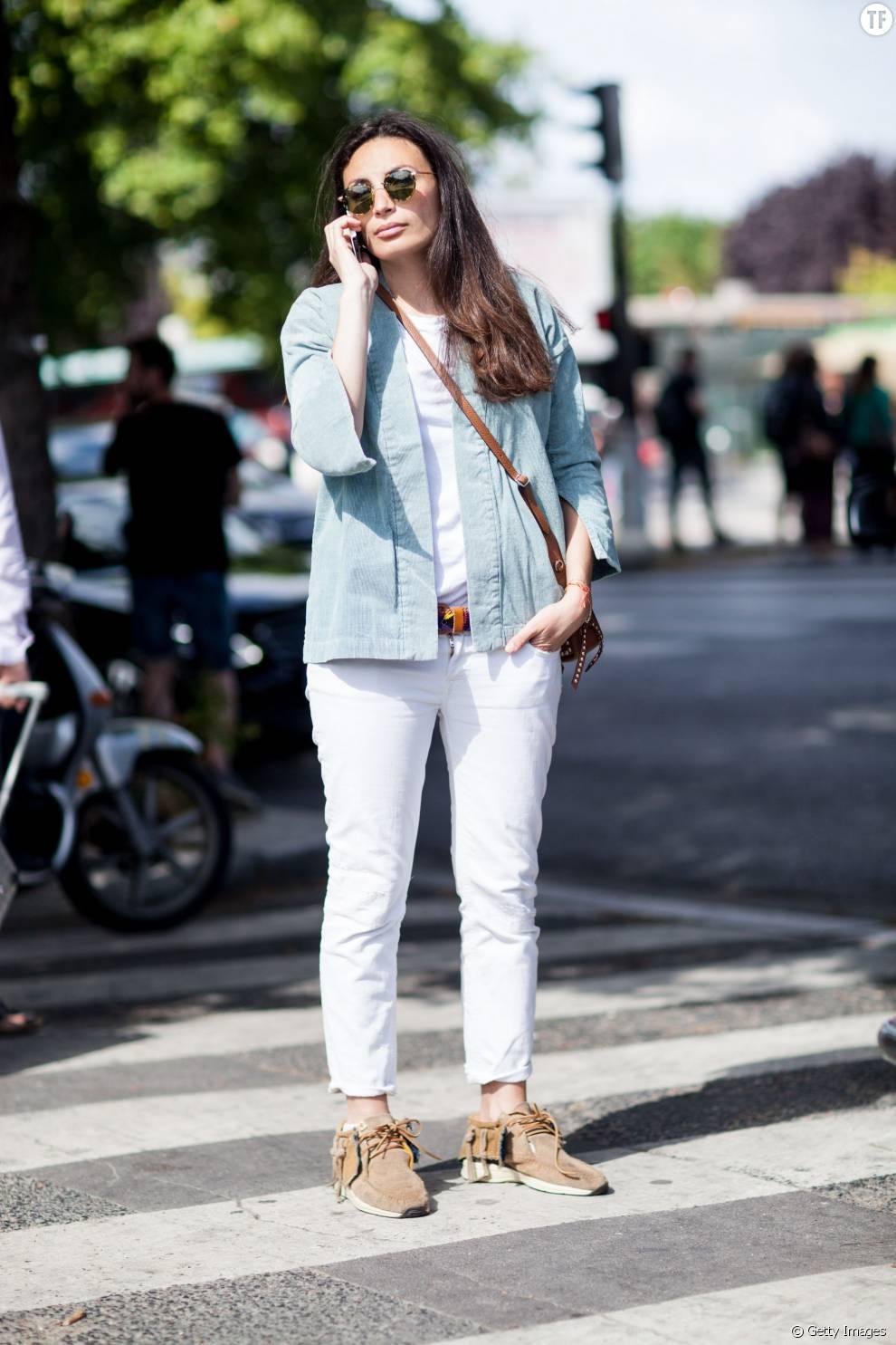 Un look casual en jean blanc et veste en jean