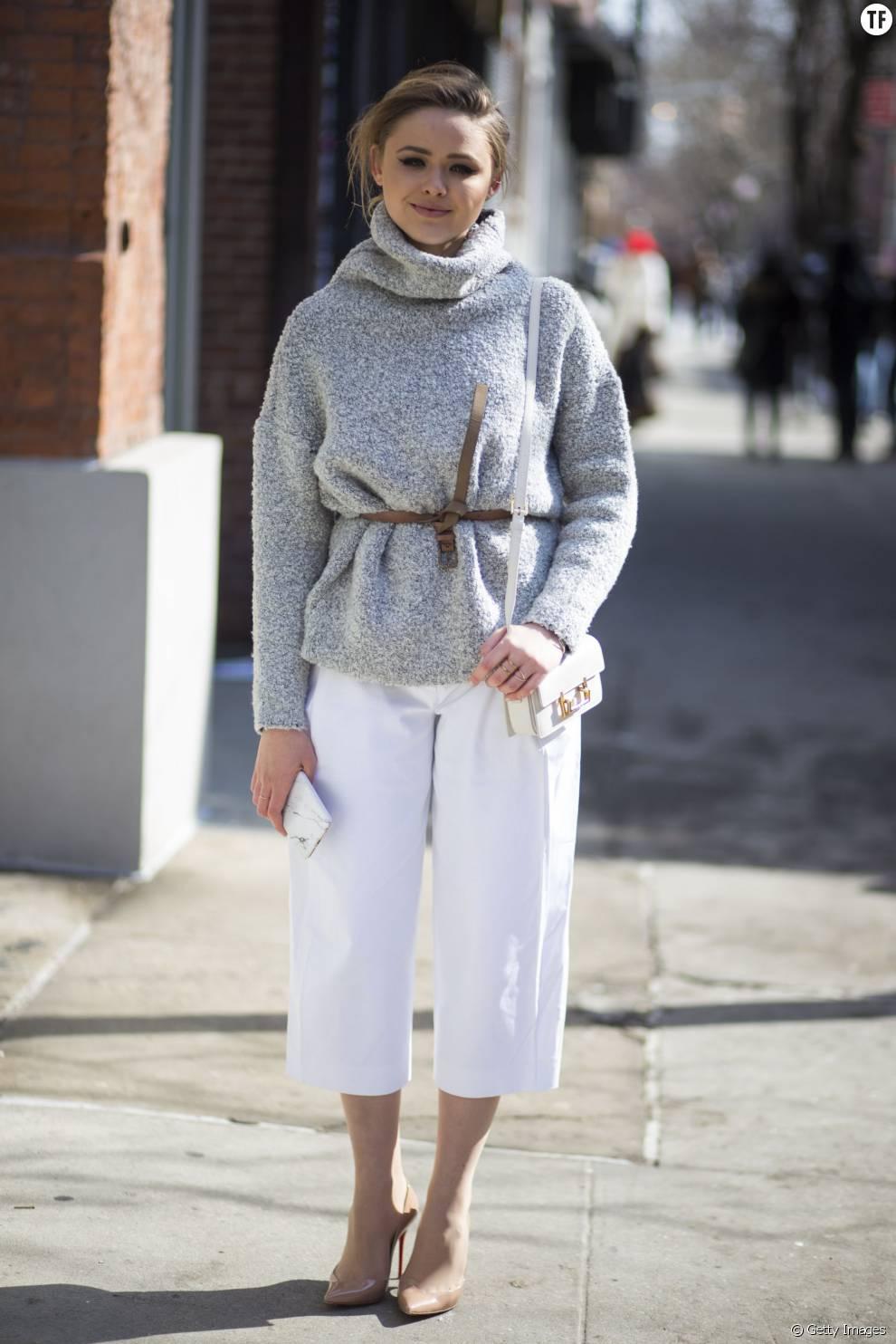 Pour les journées fraîches, jean blanc et pull ceinturé