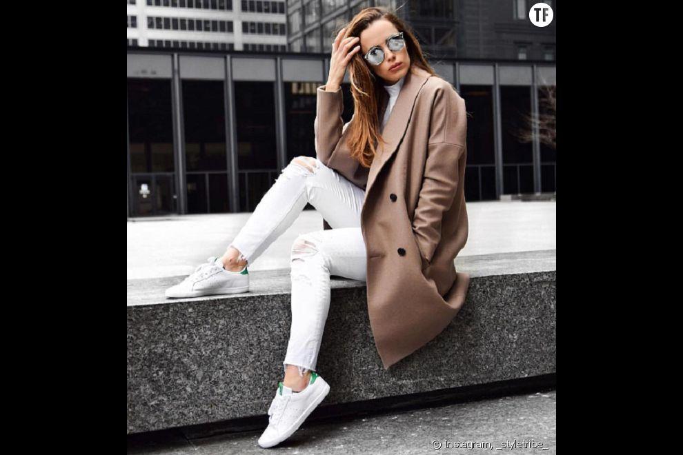 Super trendy en veste longue, stan smith et pantalon blanc