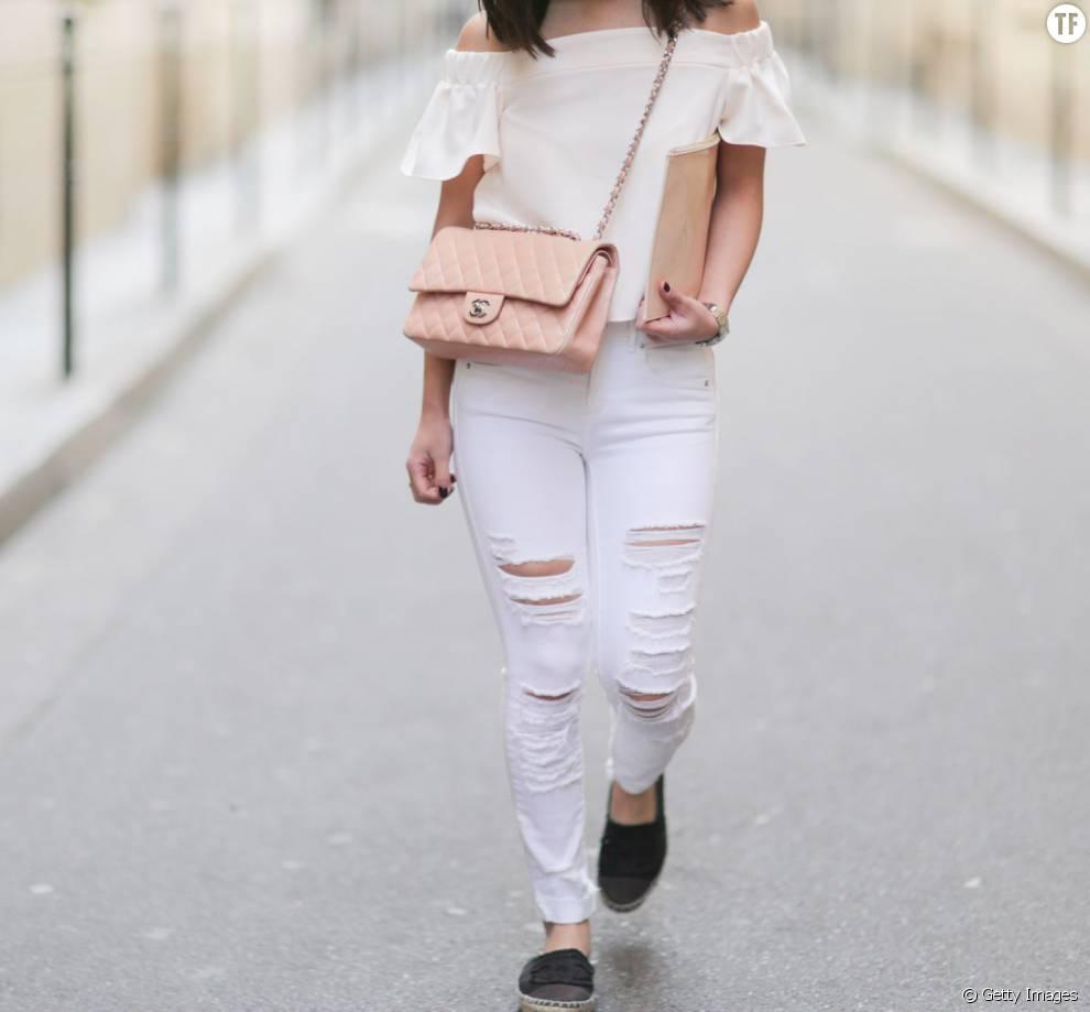 Super tendance, on ose le jean blanc associé à la blouse aux épaules dénudées