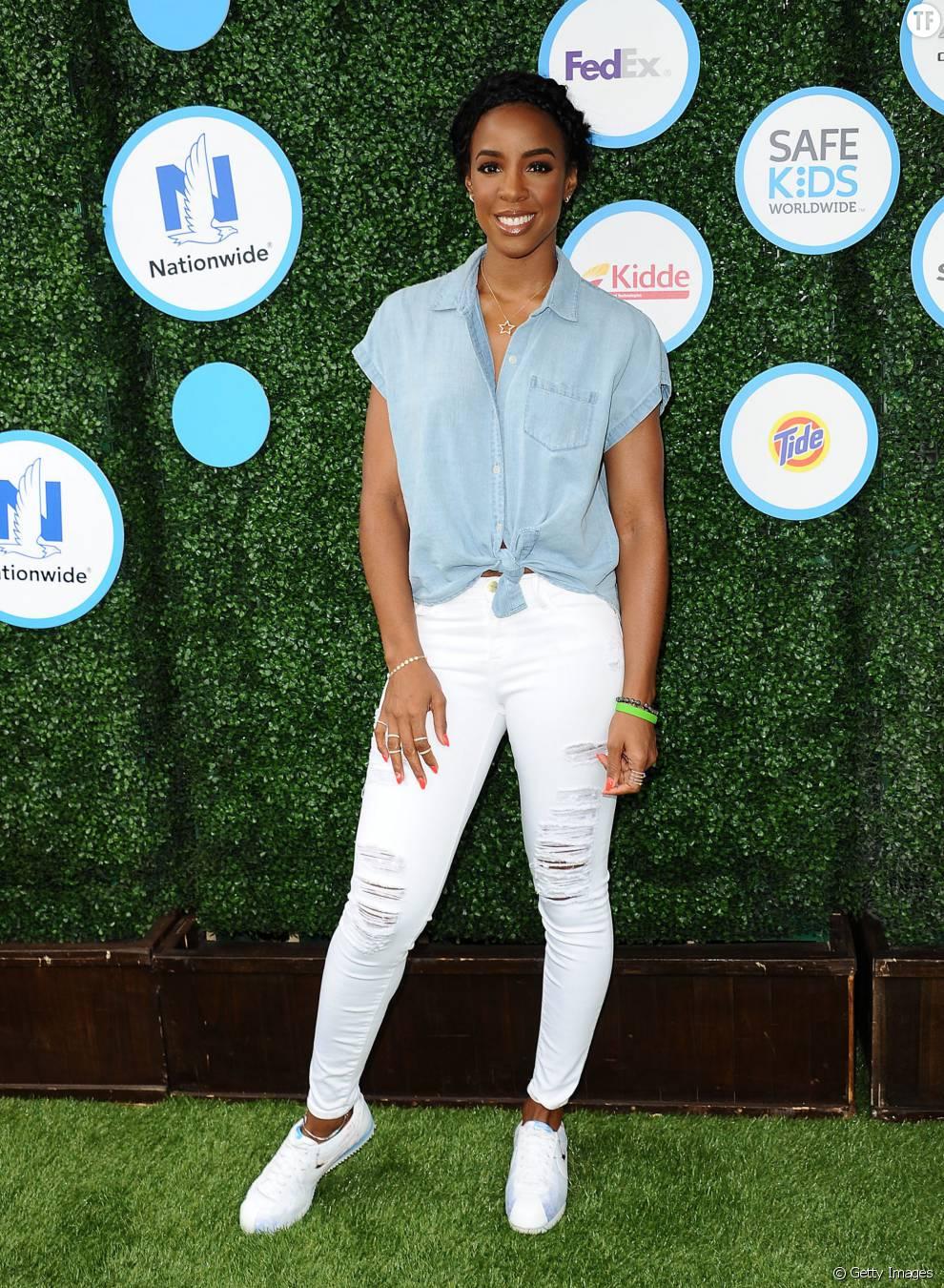 Comme Kelly Rowland, on opte pour un look denim avec cette chemise en jean courte, un pantalon et des baskets blanches
