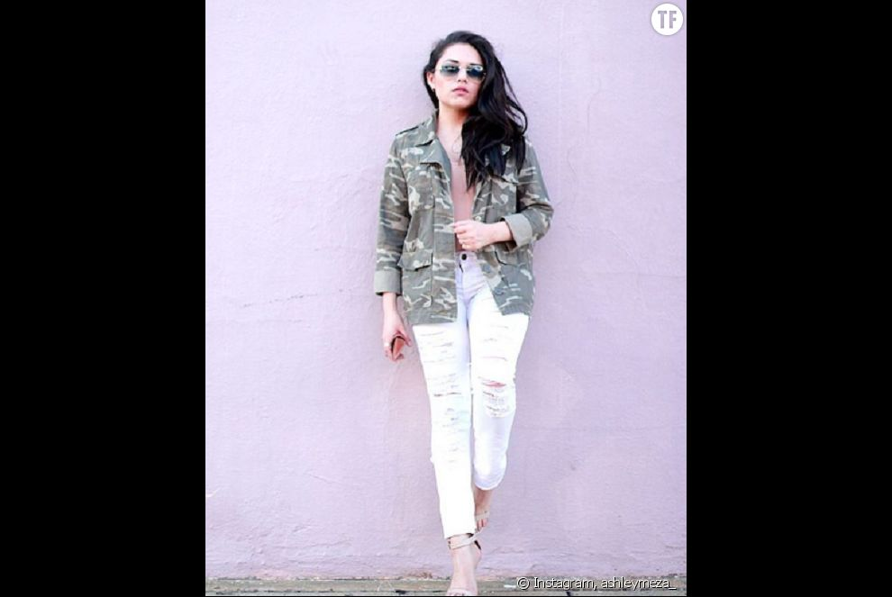 Fashionista en jean blanc et veste militaire