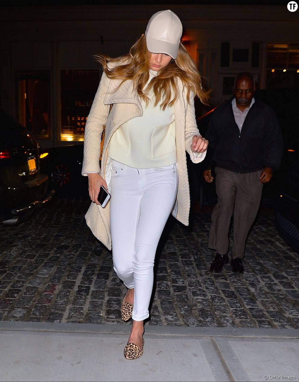 On pique le look super chic de Gigi Hadid en jean blanc