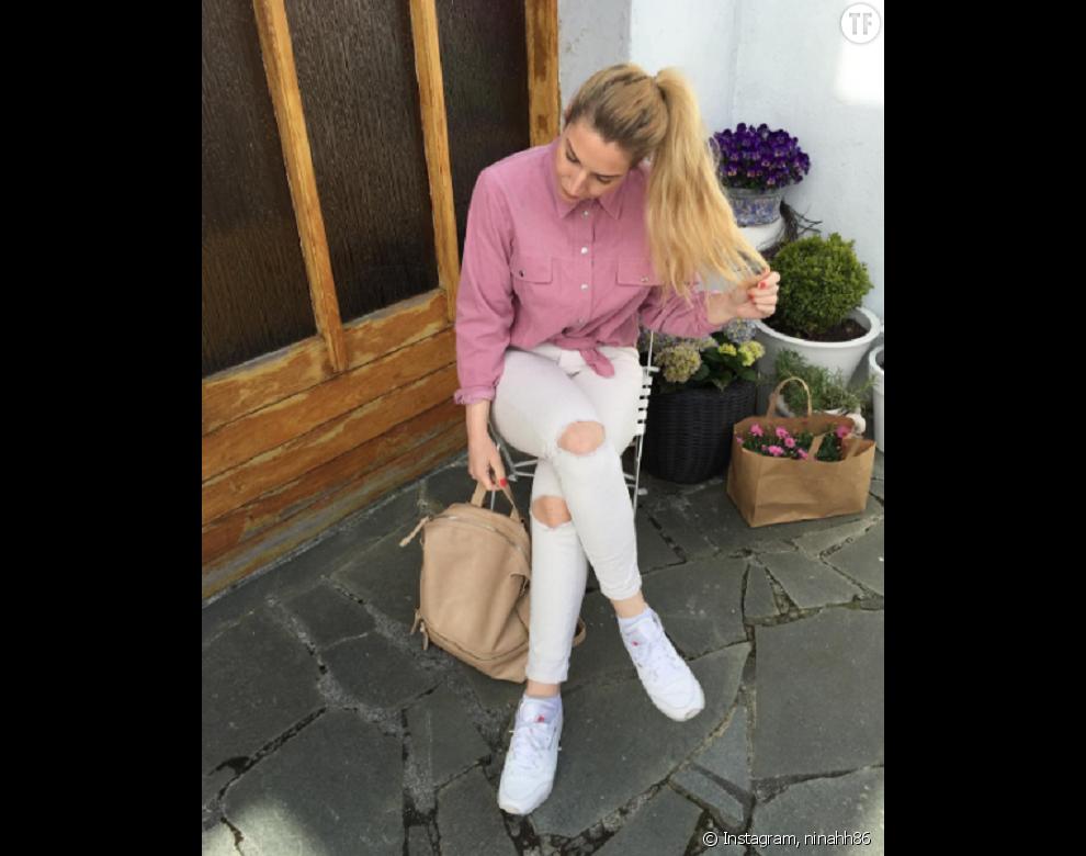 Chemise nouée, jean troué et baskets, la tenue parfaite pour une virée shopping