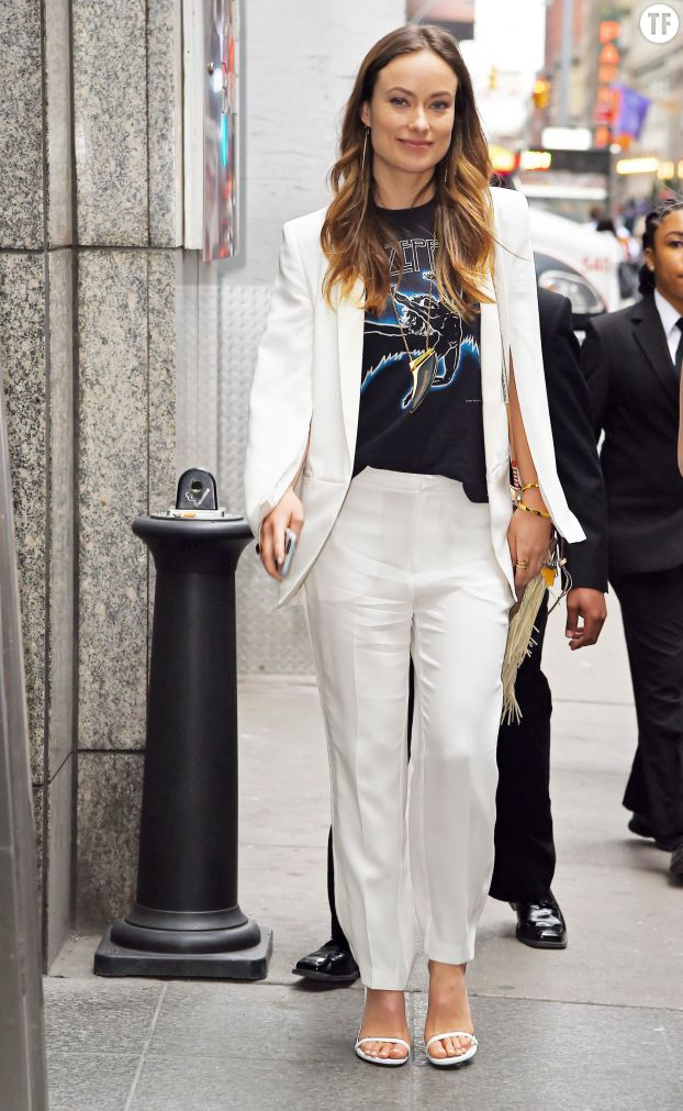 Olivia Wilde, chic en look blanc et tee-shirt de groupe de rock.