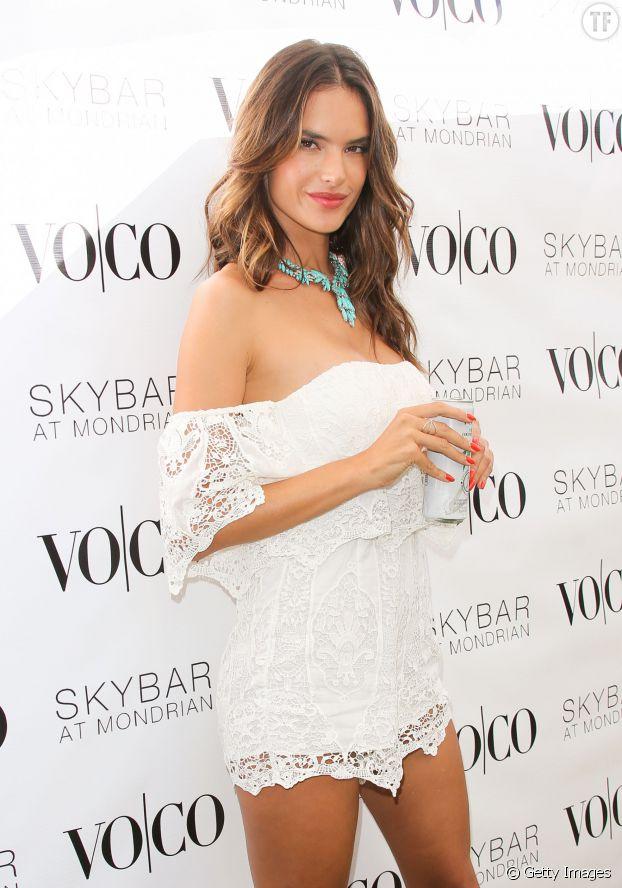 Alessandra ambrosio, sublime en combishort à épaules dénudées.