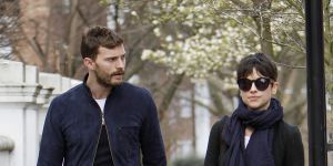 Jamie Dornan : balade complice avec sa femme Amelia Warner avant le départ pour la France (photos)