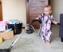 Comment faire faire le ménage par son bébé : la démonstration hilarante d'un papa
