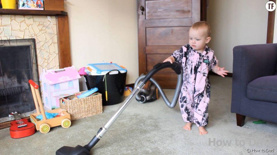 Un bébé qui passe l'aspirateur