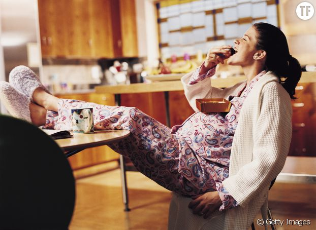 Femme enceinte en plein élan de gourmandise
