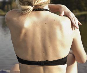 Comment appliquer de la crème solaire dans son dos (sans l'aide de personne)