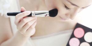 Le draping, la tendance vintage pour sculpter son visage avec un blush