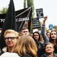 """La """"Marche Noire"""" contre l'interdiction de l'IVG : 22 000 personnes mobilisées pour le premier jour de grève nationale des femmes"""
