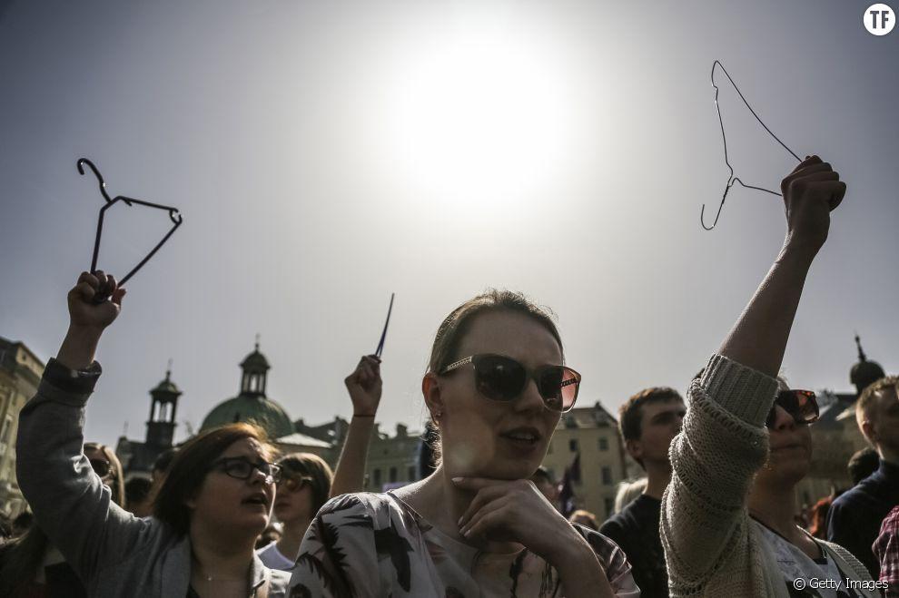 Manifestation à Varsovie contre l'interdiction de l'IVG : les femmes brandissent des cintres, tristes symboles des avortements clandestins, pour inciter le Parlement polonais à reculer