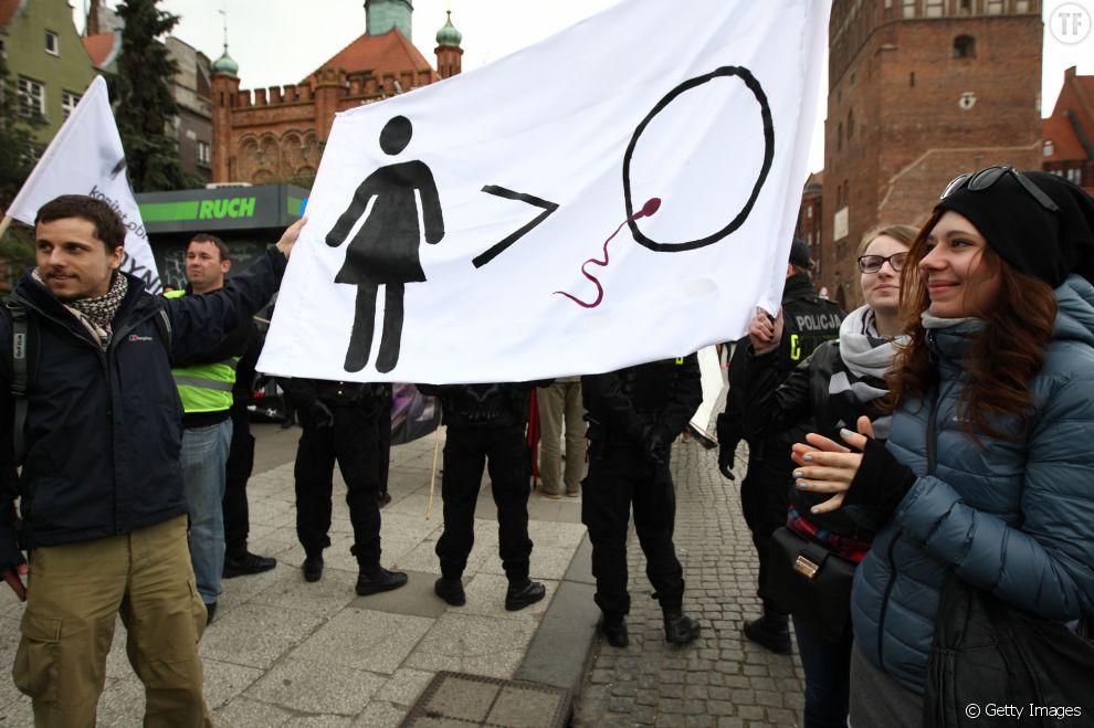 Les panneaux des militants à Varsovie rappellent que l'avortement légal permet de sauver les vies de nombreuses mères.