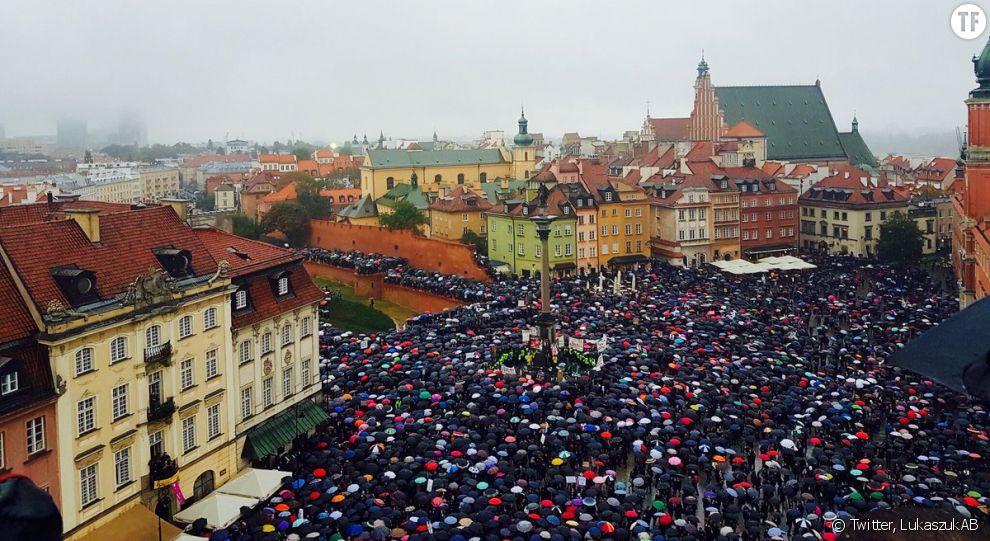 Premier jour de grève nationale : les femmes s'amassent devant le Parlement polonais pour lutter contre l'interdiction de l'IVG