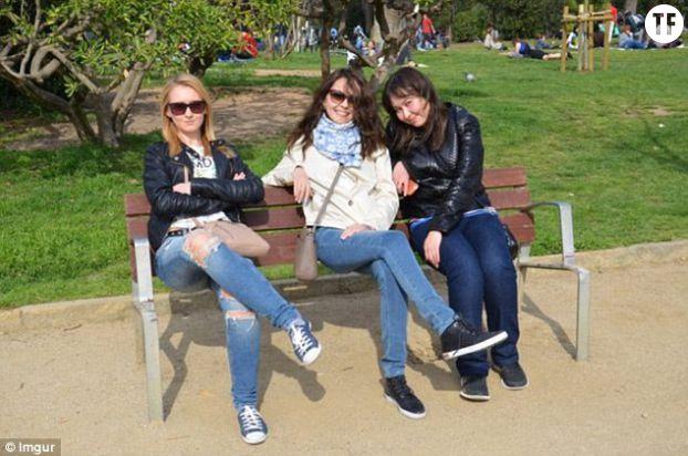 regardez bien cette photo de ces trois femmes sur un banc