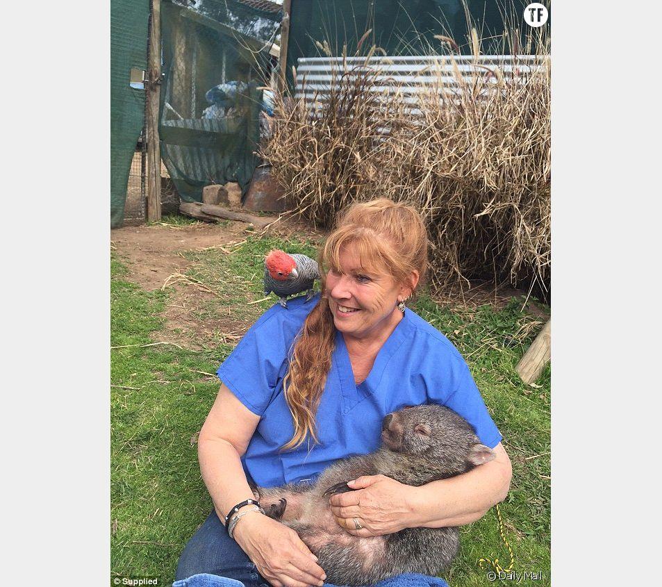 Roz Holmes gagne sa vie en soignant des wombats