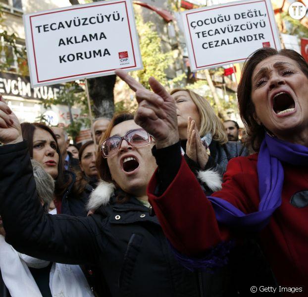 Manifestation des femmes turques contre la loi légitimant les agressions sexuelles