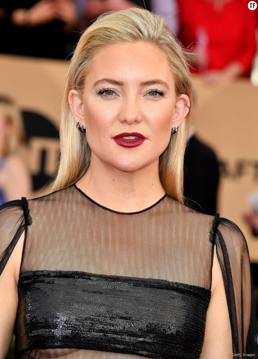 Kate Hudson ose le naked eyes sur tapis rouge