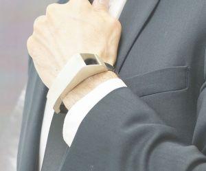 Ce bracelet va permettre aux papas de sentir les coups de leur futur bébé
