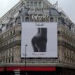 Une paire de fesses sur la façade des Galeries Lafayette : la Mairie de Paris réagit