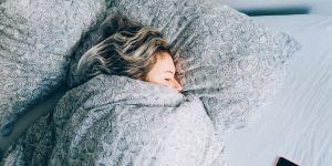 Faut-il se scotcher la bouche pour mieux dormir ?