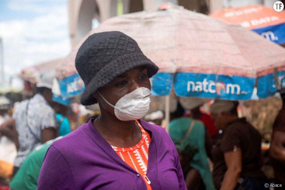 Femme portant un masque sur un marché de Port-au-Prince, Haiti, le 20 mars 2020