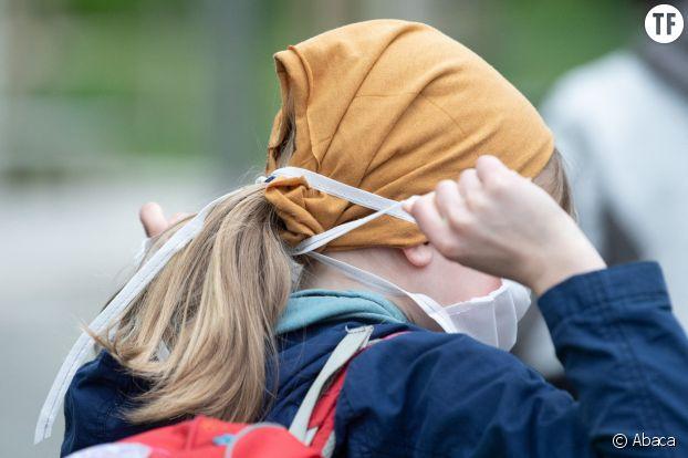 Petite fille retournant à l'école avec un masque en Allemagne