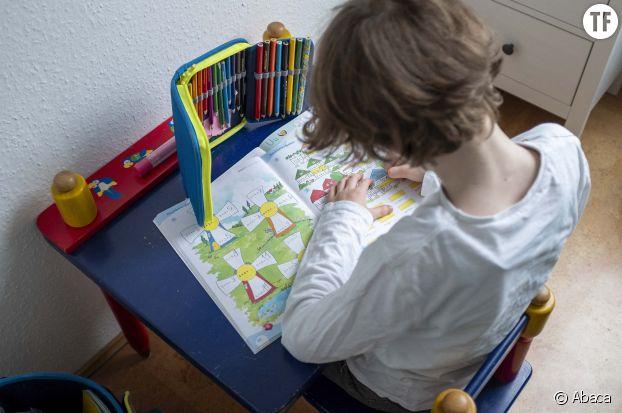Petit garçon faisant ses devoirs pendant le confinement
