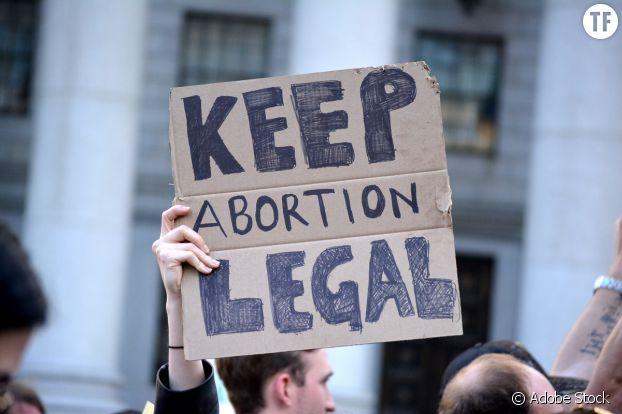 Des manifestants protestent contre la proposition de nouvelles lois strictes sur l'avortement à New York.