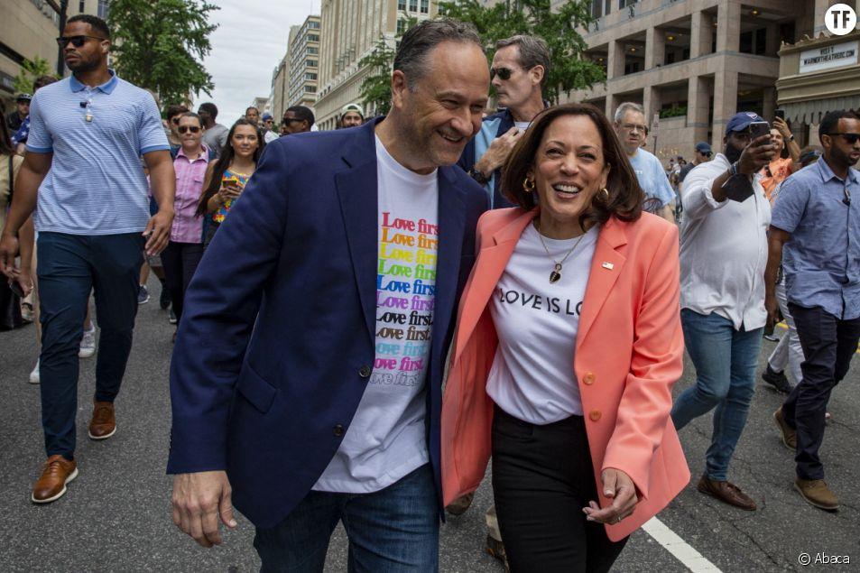 Doug Emhoff et Kamala Harris marchent lors de la célébration des fiertés dans Washington. Photo de Tasos Katopodis.
