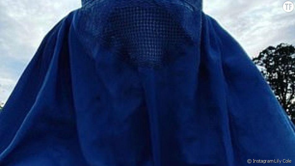 La mannequin Lily Cole pose en burqa