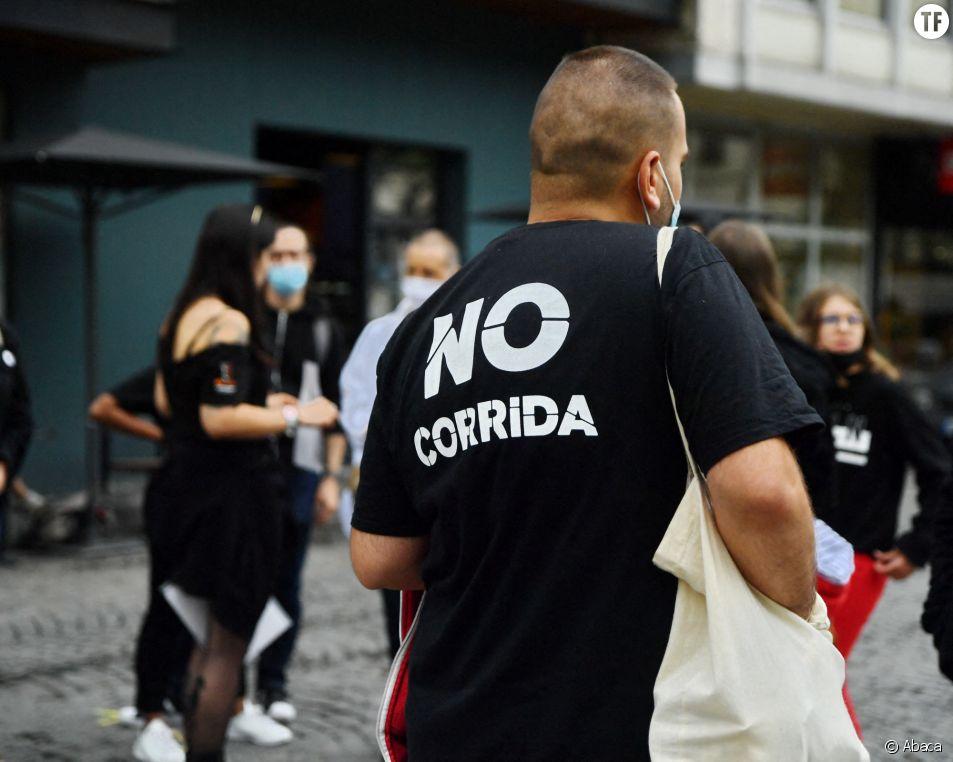 Un militant anti-corrida dans les rues de Paris, en juillet 2021.