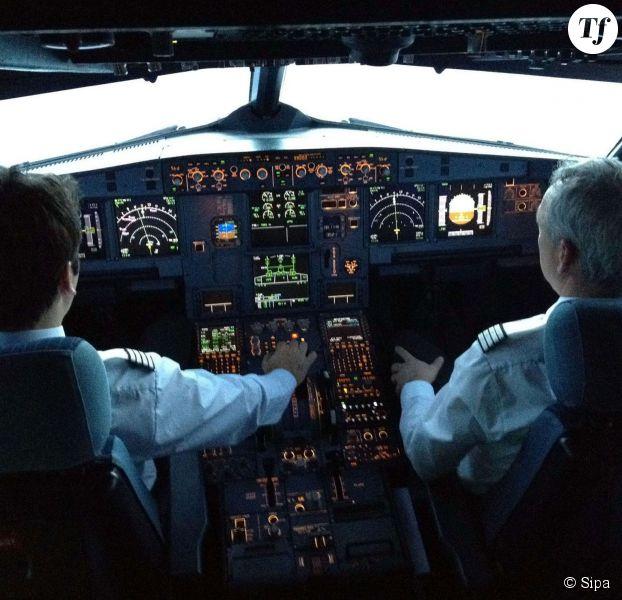 des pilotes lintrieur du cockpit dun airbus a320 de la compagnie