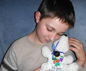 Ce petit garçon autiste fait faire le tour du monde à son ours en peluche
