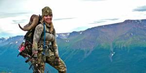 Elle pose à côté d'une girafe morte : la photo qui scandalise la Toile