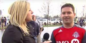 Une journaliste insultée par des supporters de foot en direct à la télé : sa formidable réaction